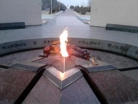 В Актау возле «Вечного огня» вновь уснул бомж