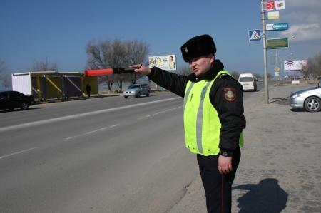 В Актау дорожные полицейские останавливали женщин-водителей, чтобы вручить им цветы