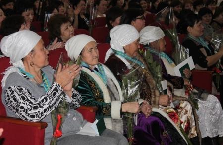 Аким Мангистауской области поздравил с 8 марта многодетных матерей