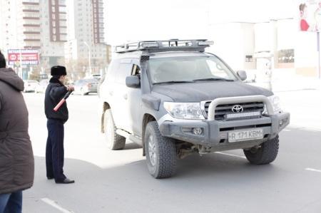 В Актау дорожная полиция продолжает борьбу с нечистоплотными водителями
