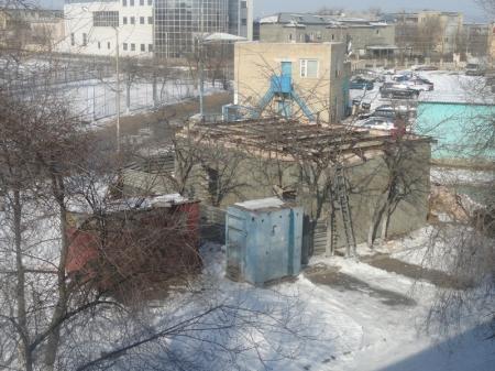 Самострой во втором микрорайоне Актау вызвал негодование жителей близлежащего дома