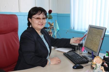 """Айгуль Тулеугалиева закончила Казахский национальный государственный университет и с 1996 года работала инженером - синоптиком. А в 2010 году стала заместителем директора Мангистауского центра гидрометеорологии:""""Я люблю свою профессию. Мне кажется очень интересно знать, что происходит в атмосфере и тропосфере"""""""