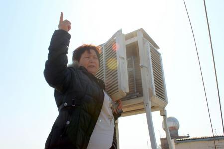 Наблюдатель Сара каждые три часа собирает информацию о погоде