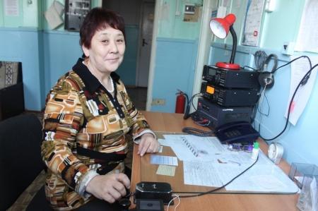 Отебике Кенбаева 35 лет работает оператором связи. Она собирает всю информацию с метеорологических станций, наблюдательных пунктов и оперативно отправляет ее для создания карты в Асатану и Алматы.