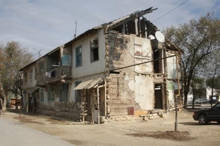 С ветхим жильем Актау ознакомился заместитель председателя Агентства по делам строительства и ЖКХ