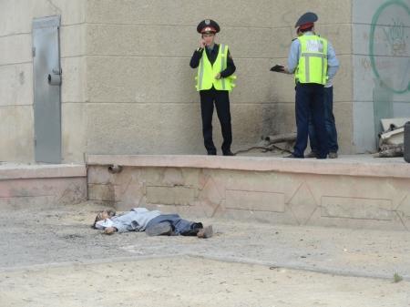 В Актау с высоты упал мужчина