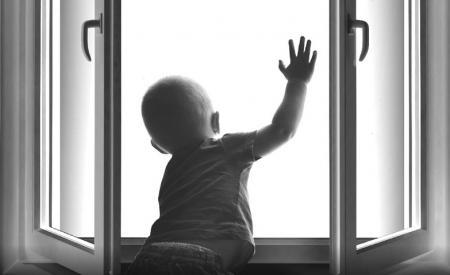 В Актау двухлетний ребенок упал с пятого этажа (ИСПРАВЛЕНО)