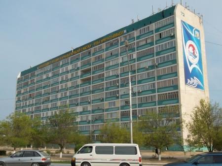 В Актау разбилась женщина, упав с этажа высотного дома