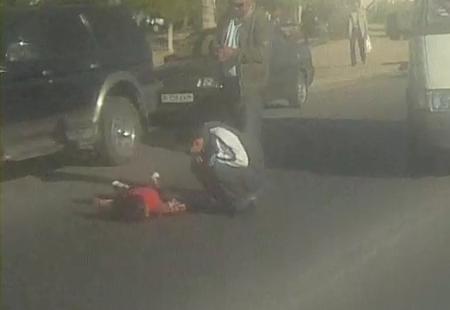 """В Актау разыскивают машину, которая сбила ребенка между рынком """"Заман"""" и 11 микрорайоном"""