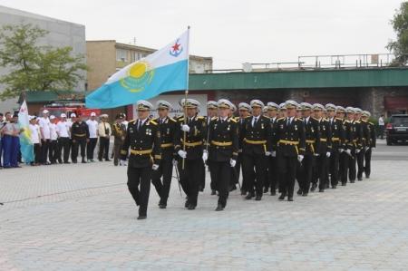 В Актау прошел парад военных, посвященный 20-летию вооруженных сил РК