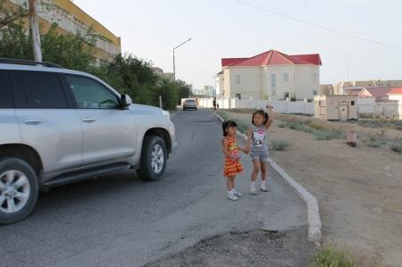 Жители 15 микрорайона Актау жалуются на отсутствие нормальной дороги к школе
