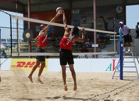 Основная борьба на международном турнире по пляжному волейболу разворачивается между  тремя командами