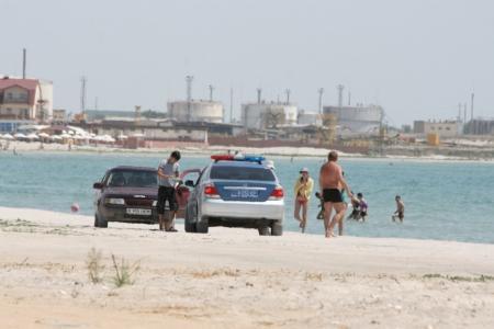 На пляжах Актау убирают заборы