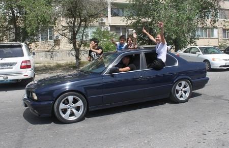 Выпускники на дорогах Актау. Без комментариев