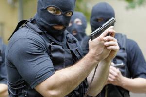 В Актобе прогремело три взрыва, взят в заложники народный целитель