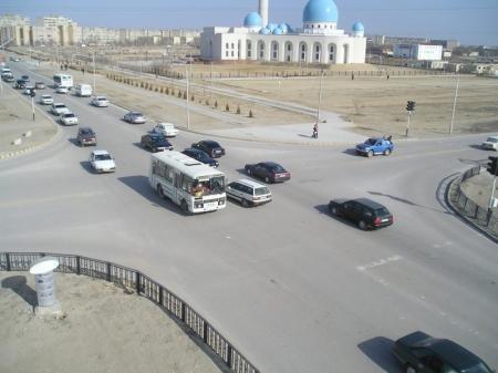 В Актау водитель «BMW» «наехал» на двух новичков за рулем