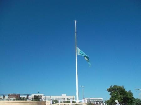 В Актау приспустили флаги в связи с национальным трауром