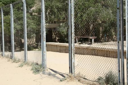 В Актау на спортивной площадке рухнул забор, причинив травмы ребенку