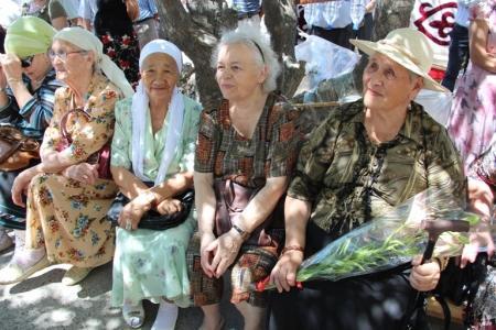 В Актау установили мемориальную доску Валентину Токареву