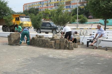 Сотрудники коммунальных служб Актау устраняют последствия ливня