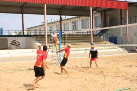 В Актау спортсмены-инвалиды из трех областей соревнуются в пляжном волейболе