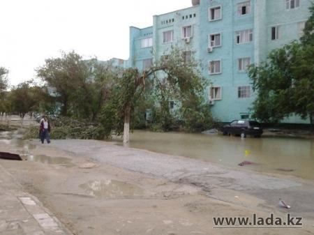 В Жанаозене продолжаются работы по ликвидации последствий урагана (ДОБАВЛЕНО ВИДЕО)