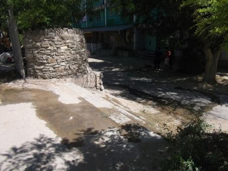 Жильцы 10 дома второго микрорайона Актау жалуются на расположенный рядом кафе-бар