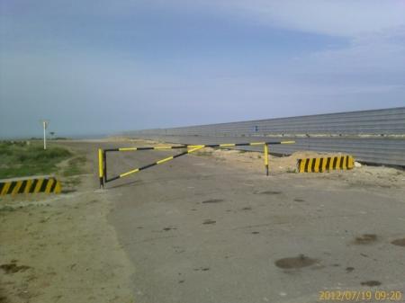 Кто знает, что за умник перекрыл проезд к теплому пляжу?
