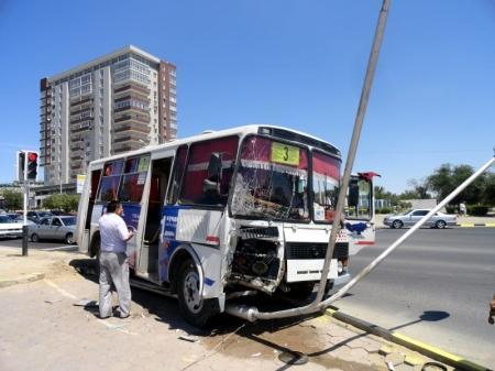 В Актау пассажирский автобус №3 протаранил фонарный столб