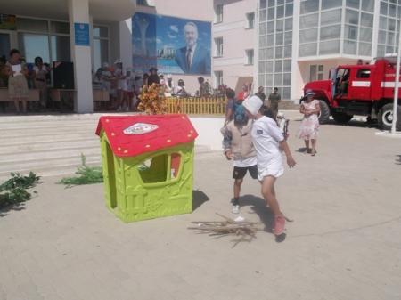 Пожарные провели соревнования среди детей летних лагерей Мангистау
