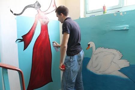 Жительница Актау решила украсить свой подъезд при помощи граффити