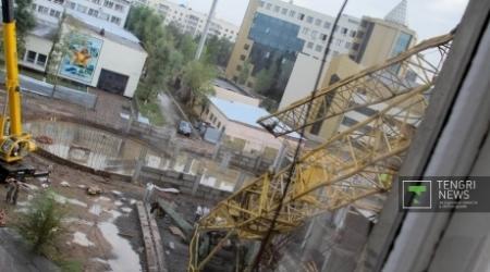 Три башенных крана рухнули в Астане, погибли люди