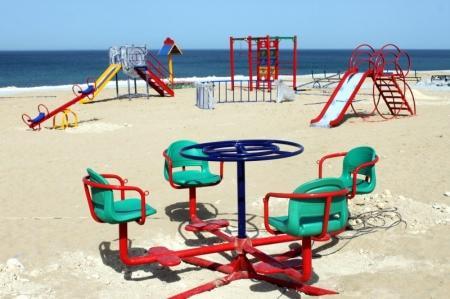 В Актау на набережной 15 микрорайона строится новая детская площадка