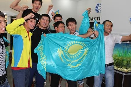Жители Актау  в здании «Казахтелеком» болели за нашего боксера Адильбека Ниязымбетова (фото, видео)
