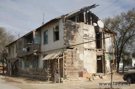 В Актау начнется снос аварийного жилья и переселение жителей аварийных домов