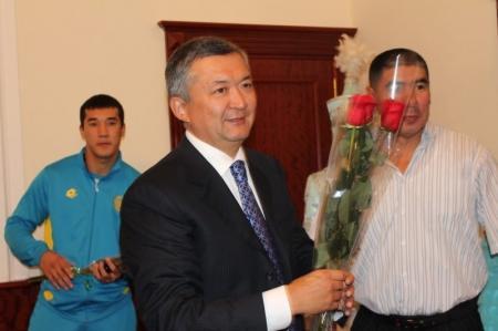 Аким области вручил ключи от автомобиля серебряному призеру Олимпиады в Лондоне Адильбеку Ниязымбетову