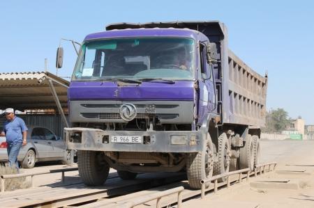 В пунктах приема металлолома Актау сотрудники ТВС искали крышки канализационных люков