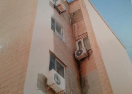 В Актау, из-за сплит-систем соседей в квартире пенсионерки  может обрушиться стена