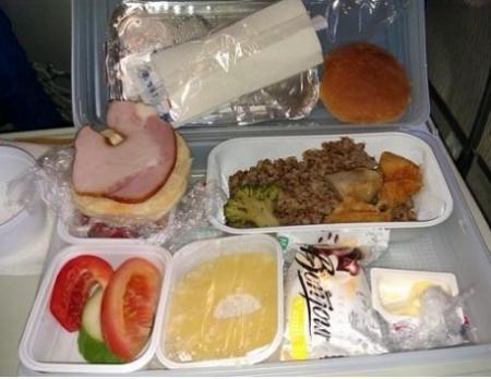 Суд обязал «Эйр Астана» указывать срок годности на упаковках бортового питания