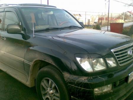 В Актау злоумышленники проткнули колеса дорогого «Лексуса»