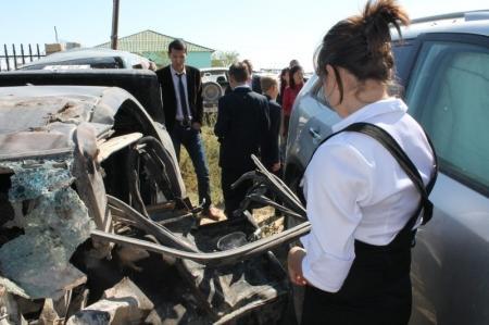 В Актау дорожная полиция пригласила старшеклассников на штрафную автостоянку с искореженными автомобилями (ДОБАВЛЕНО ВИДЕО)