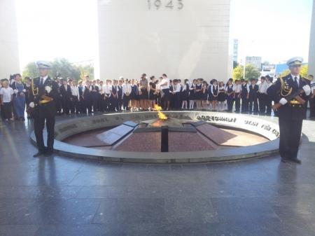 В Актау возложили венки к Вечному огню в память о погибших солдатах Военно-морского флота