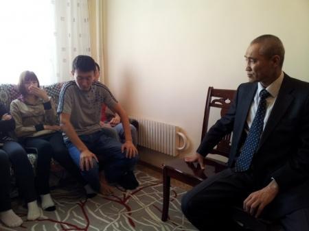 Аким города Актау встретился с детдомовцами, объявившими голодовку