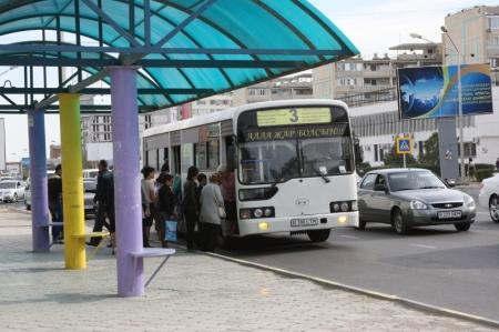 В Актау из маршрутного автобуса во время движения выпал подросток