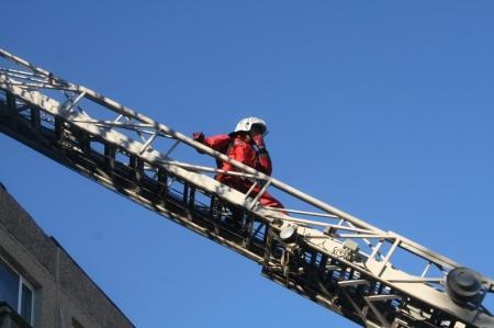 В Актау пожарные спасали людей из задымленного здания в 26 микрорайоне