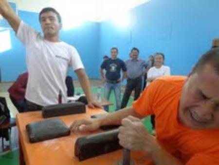 В Актау прошли соревнования по армрестлингу среди учителей