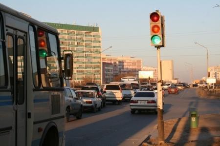 Казахстанских водителей, возможно, будут штрафовать за курение в авто