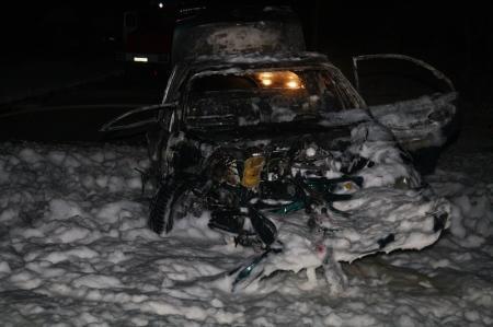 """В Актау автомобиль """"Опель"""" наехал на фонарный столб и загорелся"""