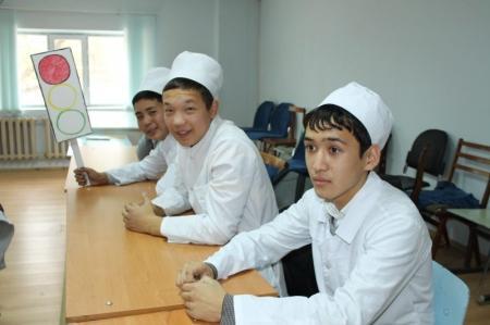 В Актау дорожные полицейские провели встречу со студентами медколледжа