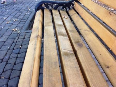В Актау предприниматель обратился к депутатам с предложением установить у подъездов новые скамейки и сделать во дворах новое освещение
